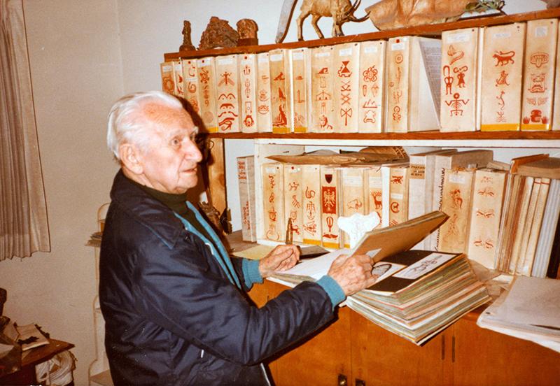 Szukalski with Zermatism books 1983, photo: © 2016 ARCHIVES SZUKALSKI