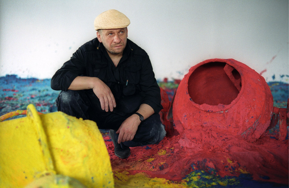 Leon Tarasewicz during preparations for the exhibition at the CCA Ujazdowski Castle, Warsaw, 2003, photo by Jan Rolke / Forum