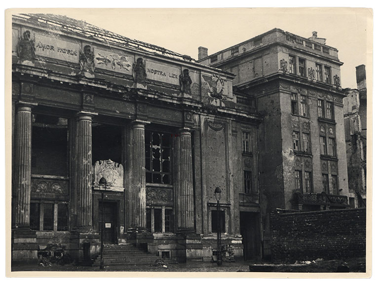 Detail of the facade of the Krasiński Library building in Warsaw, 1945, photo: www.polona.pl