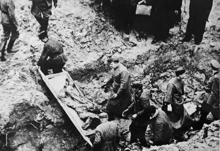Репродукция фотографий, документирующих проводившуюся весной 1943 года эксгумацию останков польских офицеров, убитых НКВД в Катынском лесу, реп.: Ежи Дудек / Forum