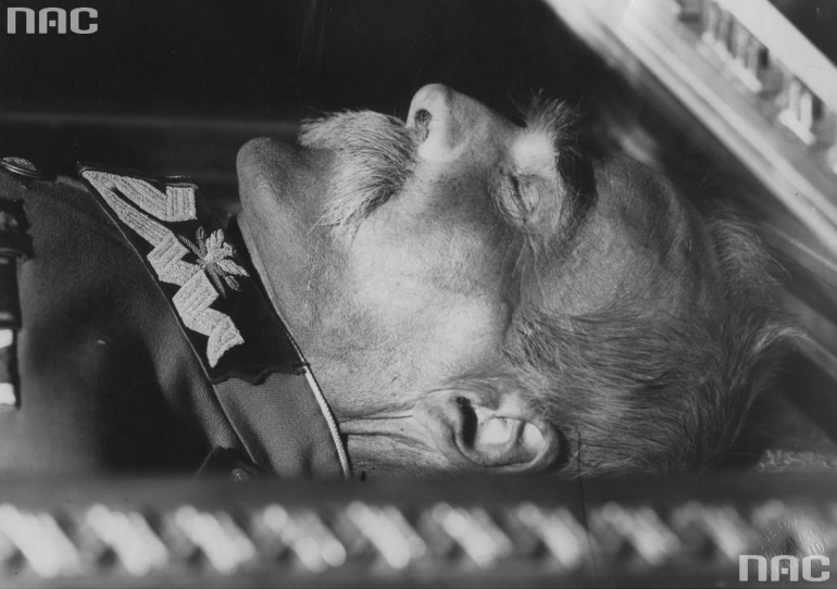 Trumna z ciałem Józefa Piłsudskiego w krypcie św. Leonarda w Katedrze na Wawelu w Krakowie; źródło: NAC