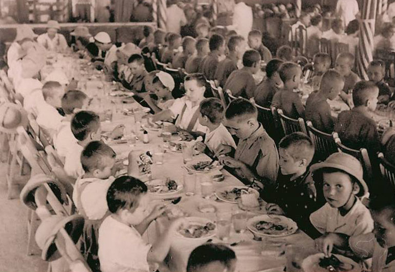 Dinner at a resort in Bandra, 1942, in India, photo: press materials