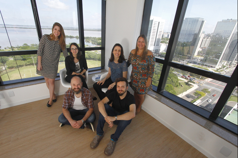 Employees of Casamundi Cultura (from the left: Rafaeła Pehansky, Thirza Moreira, Chay Amorim, Fernanda Morassutti, Tiago Halewicz, Arthur Lang), photo: Fredy Vieira/Jornal do Commercio