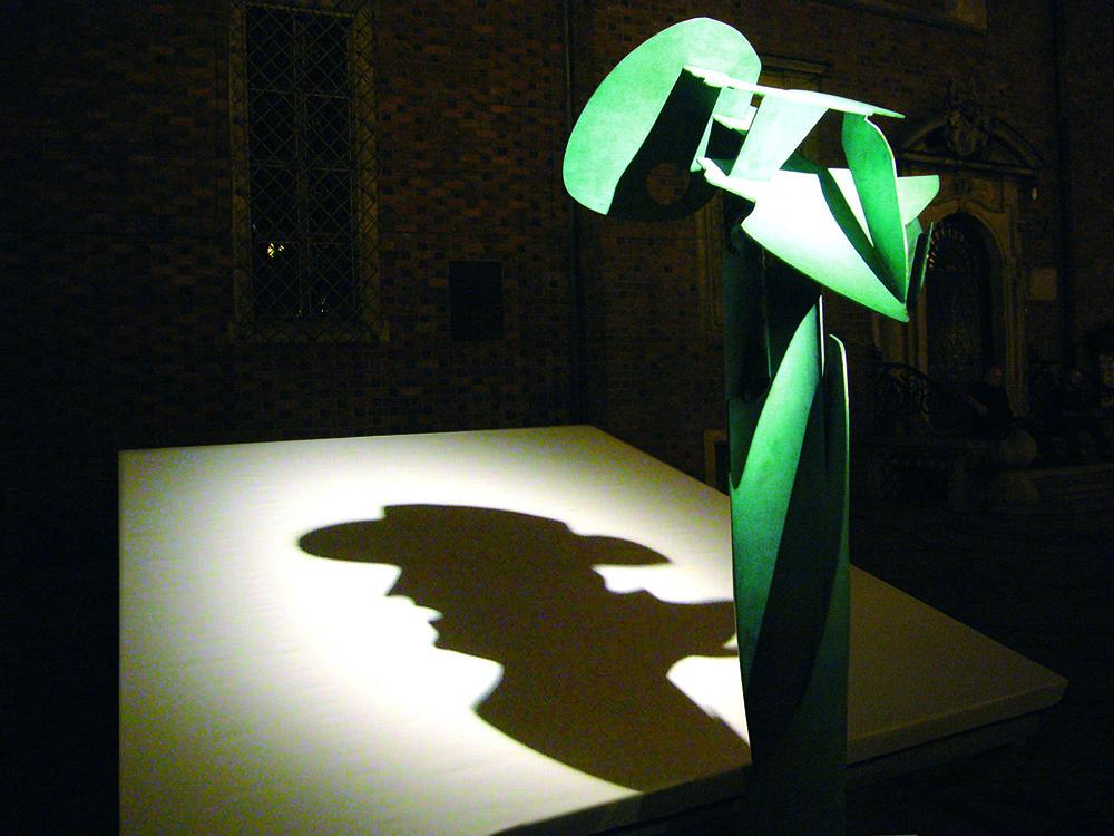 """Krzysztof M. Bednarski, """"Incontro con Federico Fellini/Spotkanie z Federico Fellinim"""" (pokaz rzeźby na festiwalu Era Nowe Horyzonty we Wrocławiu w 2008), fot. Krzysztof M. Bednarski"""