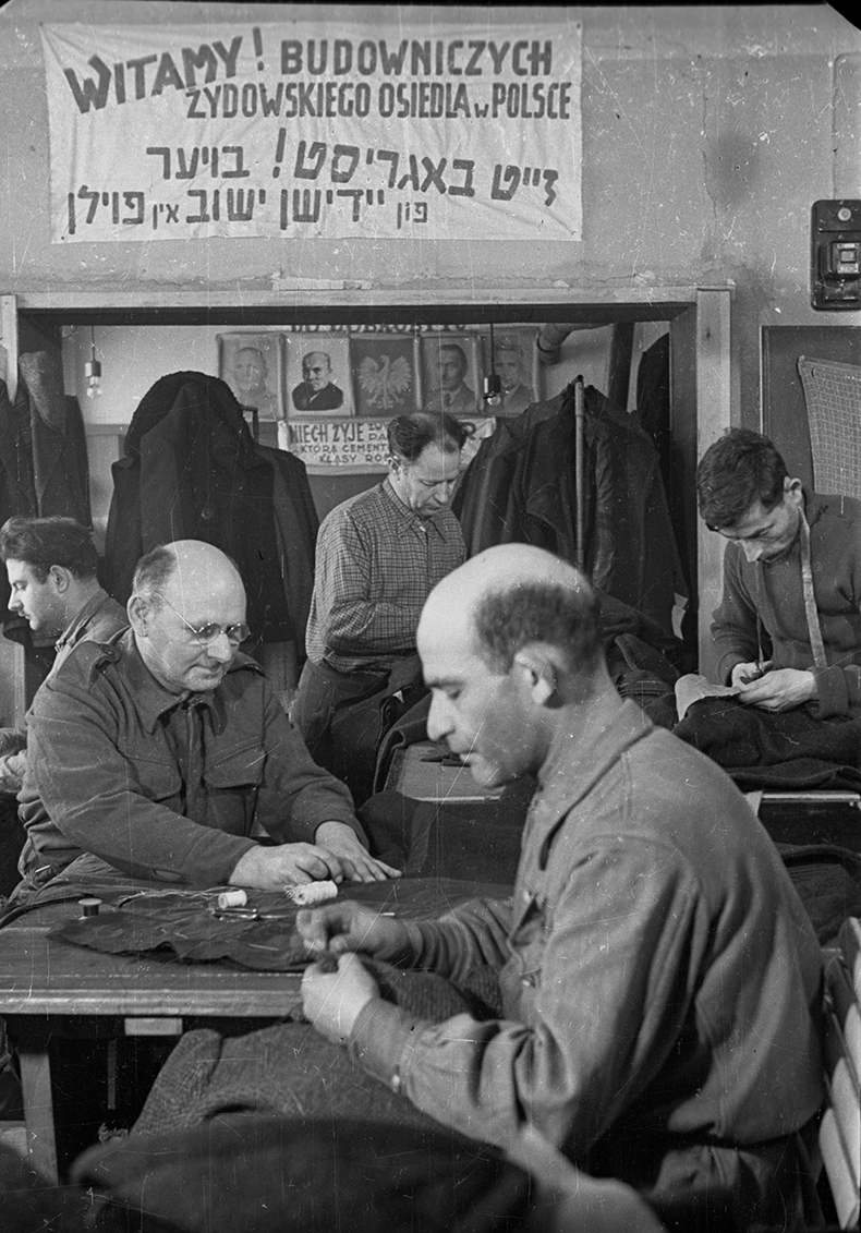 Dzierzoniow, March 1947. A tailor's shop operating within the General Labour Cooperative at the Trade Union Council. Photo: CAF/PAP