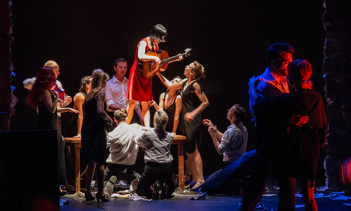 """Scena z przedstawienia """"Czterdzieści"""" Polskiego Teatru Tańca, fot. materiał prasowe"""
