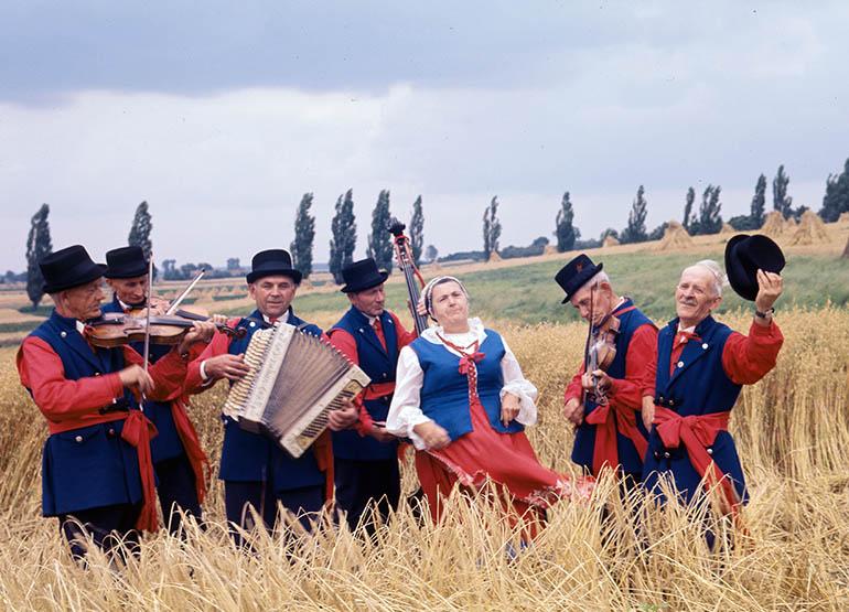 Lata 70. Folklor kujawski, n/z kapela kujawska w strojach ludowych. Fot. Zbyszko Siemaszko