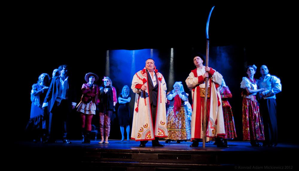 Scena zbiorowa z przedstawienia, fot. Konrad Adam Mickiewicz/Teatr Dramatyczny im. Aleksandra Węgierki w Białymstoku