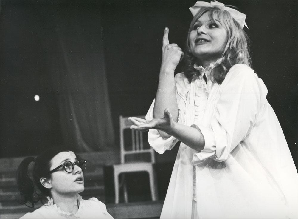 """Scena z przedstawienia """"Białe małżeństwo"""", reżyseria: Tadeusz Minc, 1973. Na zdjęciu, od lewej: Anna Chodakowska, Barbara Sułkowska, fot. Renard Dudley/ Archiwum Artystyczne Teatru Narodowego"""