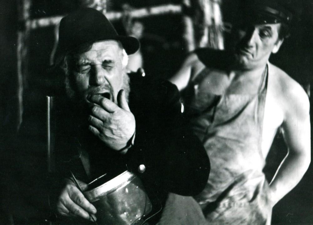 """Scena z przedstawienia """"Do piachu"""" w reżyseri Tadeusza Łomnickiego,  1979, fot. . Renata Pajchel / Teatr na Woli"""