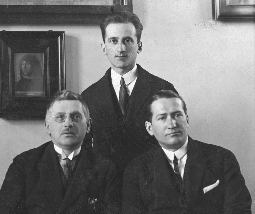 Przedstawiciele teatru: kierownik literacki teatru Mieczysław Limanowski, reżyser Iwo Gall, Mikołaj Krasowski, 1925, fot.  fot. www.audiovis.nac.gov.pl (NAC)
