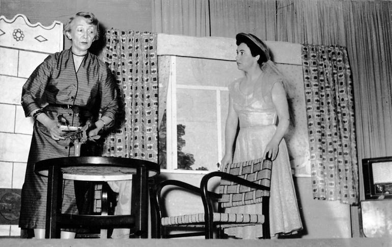 """Romana Pawłowska i Kaya Mirecka w sztuce Teodozji Lisiewicz """"Słoneczniki"""", Mannheim 1955, fot. Wydawnictwo Credo"""