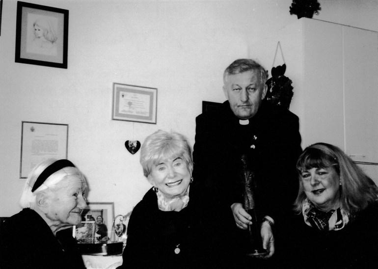 Kaya Mirecka–Ploss z wizytą u Ireny Sendlerowej razem z Mary Skinner i księdzem Tadeuszem Bocianowskim, 16 grudnia 2003