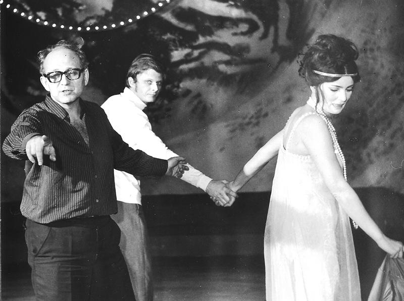 """Próba """"Kordiana""""Juliusza Słowackiego . Na zdjęciu: od lewej Tadeusz Minc, Andrzej May (Kordian) i Izabella Pieńkowska, Teatr Nowy w Łodzi, 1969, fot. archiwum rodzinne"""