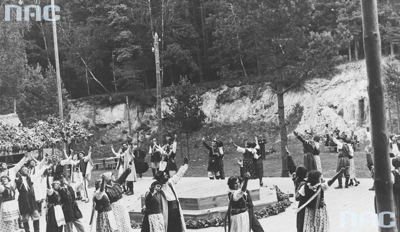 """Zdjęcie z przedstawienia """"Gody weselne"""" w reżyserii Leona Schillera w Janowej Dolinie, 1920-1939, fot. Narodowe Archiwum Cyfrowe / www.audiovis.nac.gov.pl"""