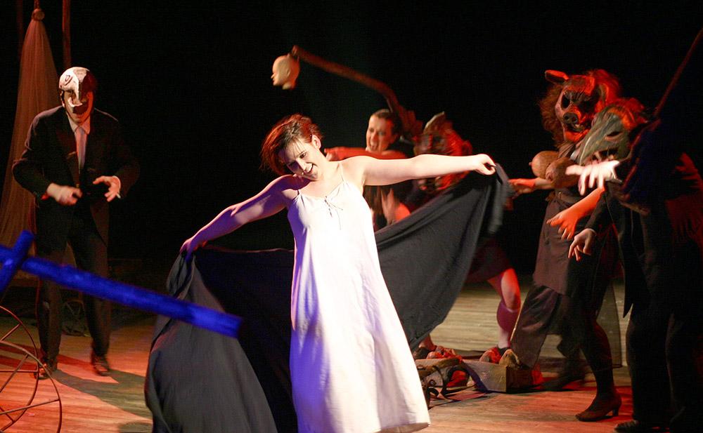 """Scena z przedstawienia """"Ofiara Wilgefortis"""", reżyseria: Piotr Tomaszuk, 2006, fot. Wojciech Jakubiuk/Forum"""