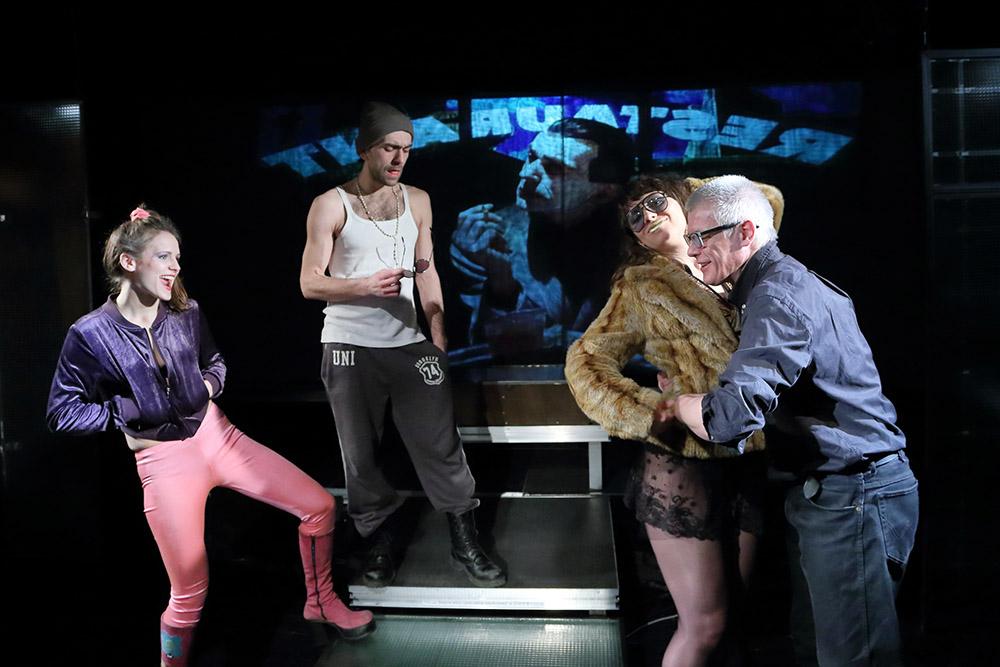 """Scena z przedstawienia """"Złoty deszcz"""" Piotra Tomaszuka, Teatr Wierszalin, 2015, fot. Anatol Chomicz/Forum"""