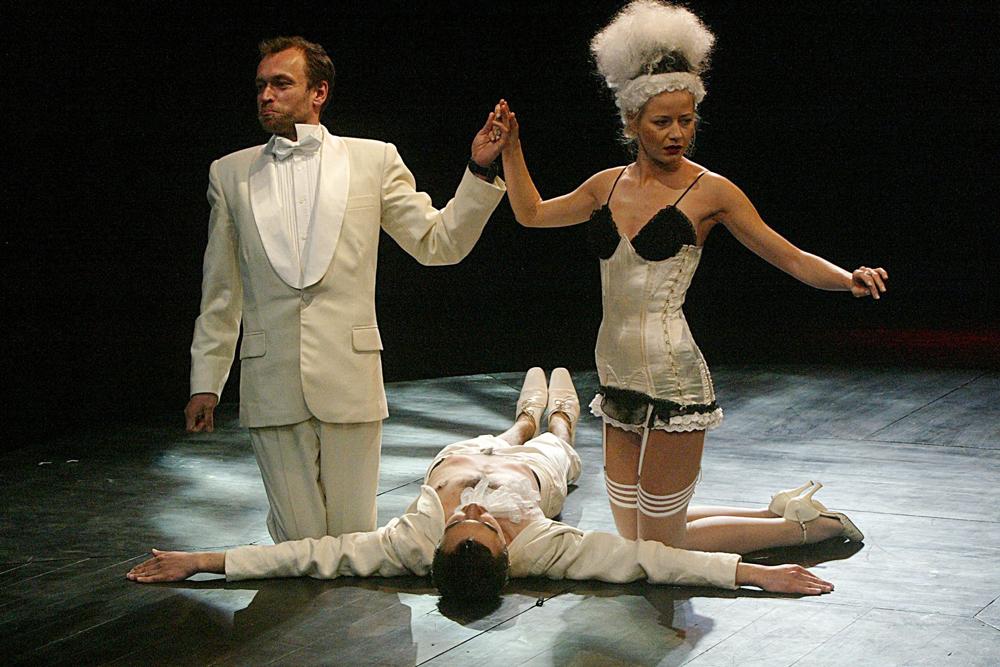 """Scena z przedstawienia """"Błądzenie"""" w reżyserii Jerzego Jarockiego, fot. Jacek Domiński / Reporter"""