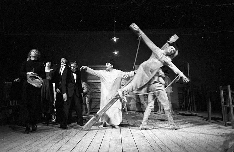 """Zdjęcie z przedstawienia """"Wielopole, Wielopole"""" Tadeusza Kantora w warszawskim klubie Stodoła, Teatr Cricot 2, 1980, fot. Adam Hayder / Forum"""