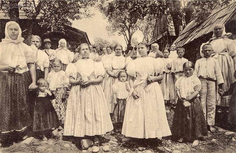 Gorals from Śląsk wearing the Cieszyn costume, Istebna, 1905 r., photo: collections of the Cieszyn Śląsk Museum in Cieszyn, strojeludowe.net