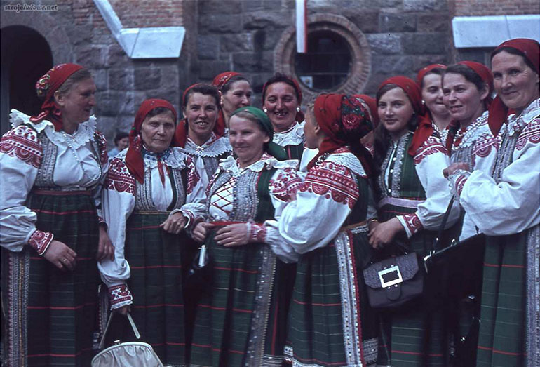 Women from the Kurpie region of Pułtusk, photo: Science Archive of the National Ethnographic Museum in Warsaw, strojeludowe.net