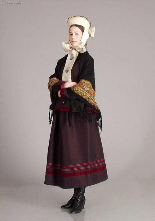 Kobieta w stroju warmińskim, fot. J. Lamparski, fotografię udostępniło wydawnictwo Muza SA/strojeludowe.net