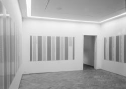 słowa, zdania / cyfry, liczby - wzajemne przenikanie. Pojęciokształty. Poezja konkretna Wystawa w galerii Foksal, 2005 fot. Jacek Gładykowski