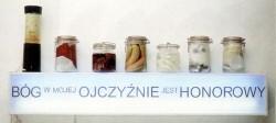 Bóg w mojej ojczyźnie jest honorowy 1994 (120 x 40 x 12 cm, instalacja elektryczna, weki z polską flagą, figurkami Matki Boskiej, różami, hostiami, bilonem, kiełbasą). Praca w kolekcji Narodowej Galerii Sztuki Zachęta w Warszawie.