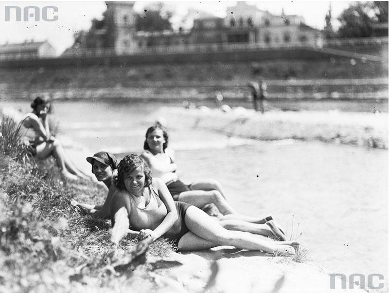 Plażowiczki podczas wypoczynku, maj 1931. fot. Narodowe Archiwum Cyfrowe