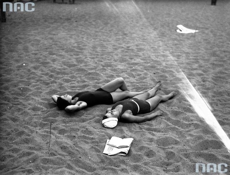 Plażowiczki podczas wypoczynku, lipiec 1933, fot. Narodowe Archiwum Cyfrowe