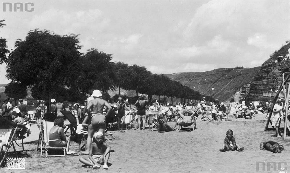 Fragment plaży tzw. słonecznej. Widoczni opalający się kuracjusze, 1931 -1939, Zaleszczyki, M. Baumer, Zakład Fotograficzny w Zaleszczykach