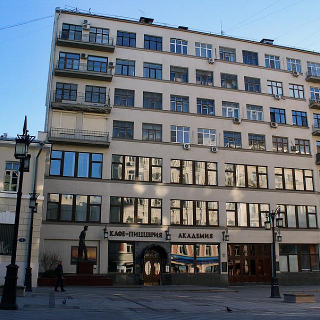 Дом писательского кооператива в Москве (Камергерский переулок, 2), где Бруно Ясенский жил с 1929 по 1937 гг.