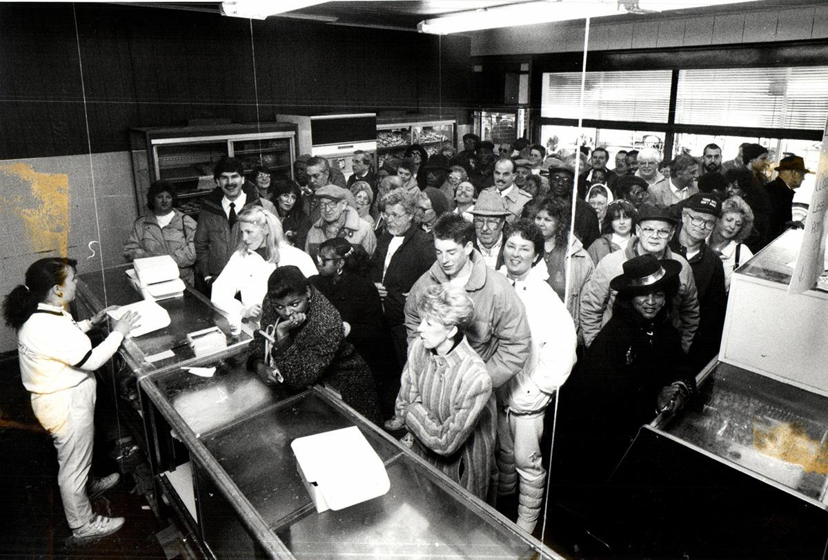 Pączki Day 1990: Iwona Pasienska from Hamtramck waits on customers that have completely filled the New Palace Bakery, photo: John Collier / Detroit Free Press, © Detroit Free Press via ZUMA Wire / Forum