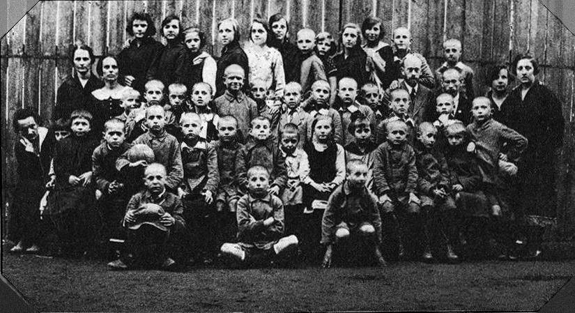 """Maryna Falska, Janusz Korczak, Maria Podwysocka i inni nauczyciele oraz dzieci """"Naszego Domu"""" w latach 20. XX wieku, fot. Wikipedia"""