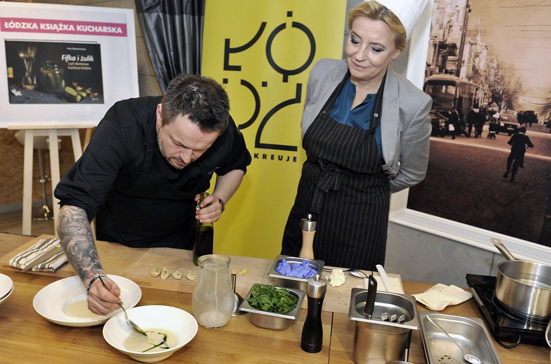 Zalewajkę gotuje Hanna Zdanowska, Prezydent Łodzi, pod kierunkiem szefa kuchni Macieja Rosińskiego, fot. Krzysztof Jarczewski / Forum