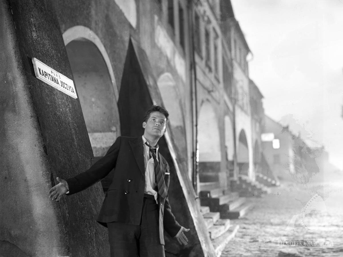 """Zbigniew Cybulski, """"Krzyż Walecznych"""", reżyseria: Kazimierz Kutz, 1958, fot. Studio Filmowe Kadr/Filmoteka Narodowa – Instytut Audiowizualny/www.fototeka.fn.org.pl"""