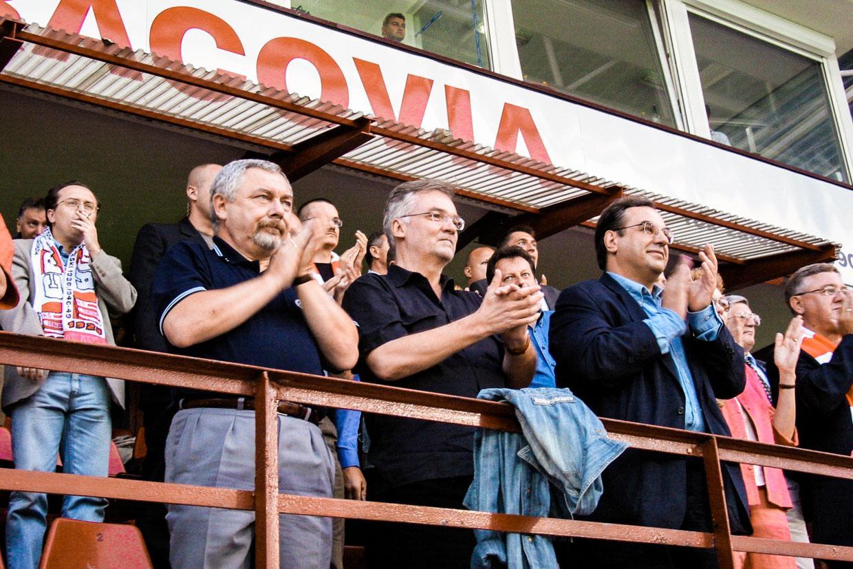 Ежи Пильх (в центре) на стадионе футбольного клуба «Краковия», 2004, фото: Томаш Вех / Agencja Gazeta