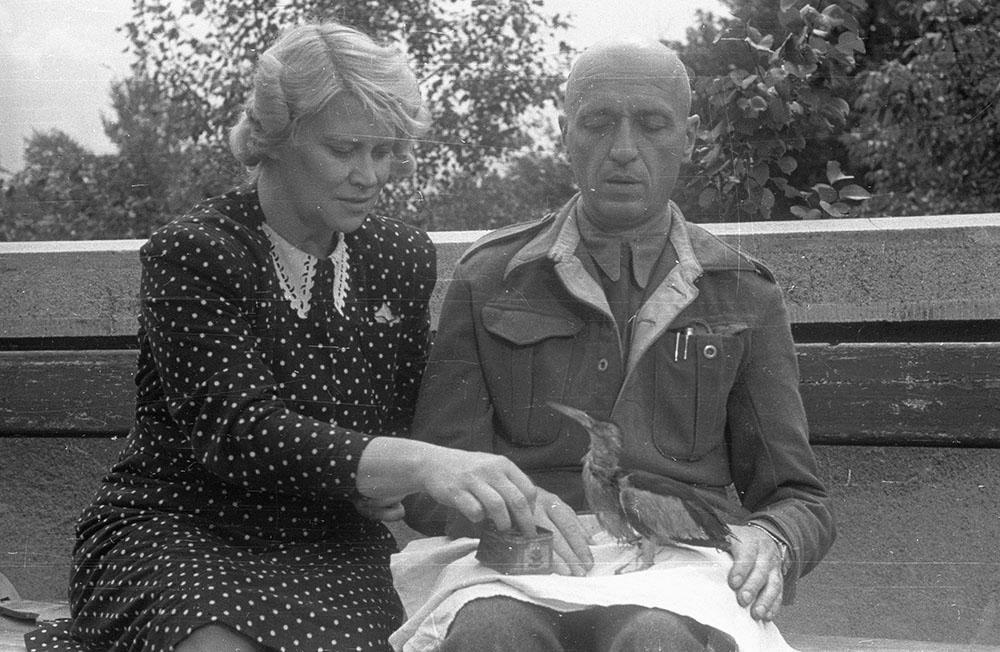 Jan Żabiński z żoną Antoniną Żabińską przy karmieniu bączka na tarasie mieszkania, Warszawa, 1947 Warszawa, fot. Stanisław Dąbrowiecki/PAP