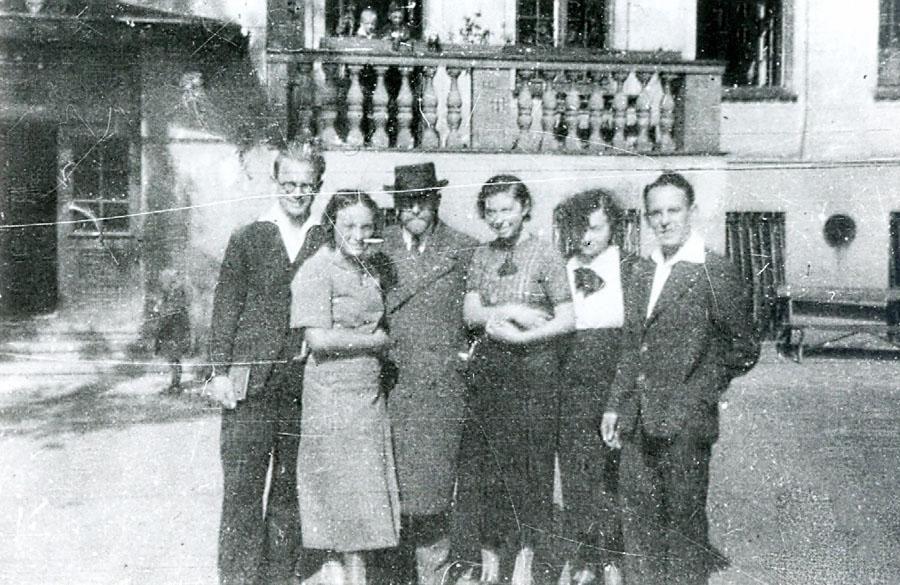 Janusz Korczak przed Domem Sierot ze współpracownikami