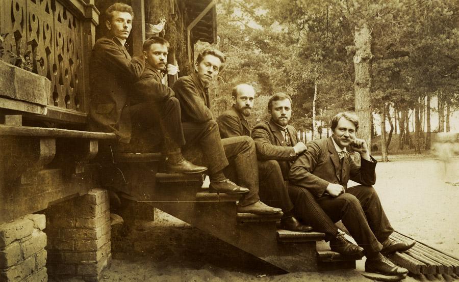 Janusz Korczak (czwarty od lewej) w ośrodku dla dzieci polskich Towarzystwa Kolonii Letnich, Wilhelmówka 1908, fot. Ośrodek Dokumentacji i Badań Korczakianum w Warszawie