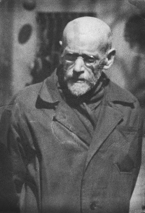"""Janusz Korczak przy wejściu do Domu Dziecka na ul. Krochmalnej 92, Warszawa, ok.1938-39, fot. Centrum Badań i Dokumentacji """"Korczakianum"""""""