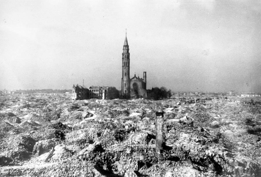 Ruiny getta i kościół świętego Augustyna przy ulicy Nowolipki, 1945, Warszawa, fot. Zbyszko Siemaszko/Forum