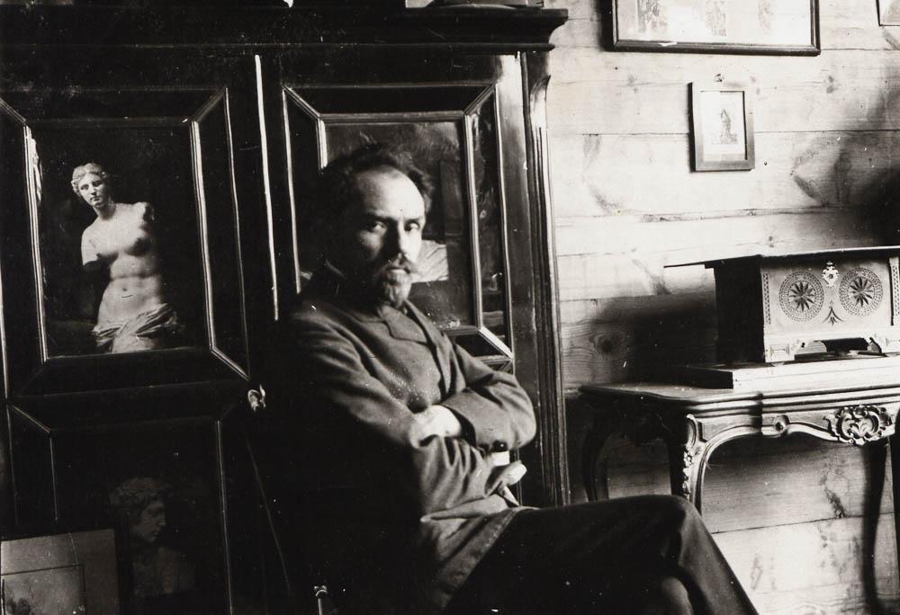 Stefan Żeromski w swoim gabinecie w chacie w Nałęczowie, 1906, fot. Biblioteka Narodowa (POLONA)