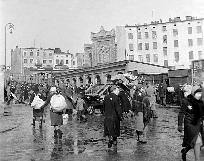 Getto w Łodzi, Marzec 1940, ul. Piłsudskiego, w tle synagoga przy Wolborskiej, fot. Wikimedia Commons / CC-BY-SA 3.0