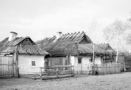 Wiejska chata, Polesie, lata 30. XX wieku, fot. szukajwarchiwach.gov.pl