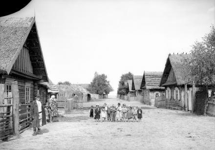 Chaty we wsi poleskiej, 1913-36, fot. szukajwarchiwach.gov.pl