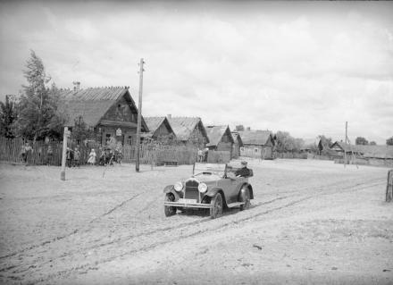 Samochód na wiejskiej drodze, 1936, fot. szukajwarchiwach.gov.pl
