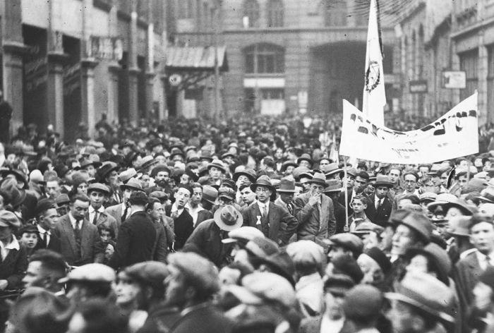 Demonstracje Żydów przeciwko zakazowi wyjazdu do Palestyny. Uczestnicy demonstracji na ulicy Nalewki w Warszawie, 1930, fot. www.audiovis.nac.gov.pl (NAC)