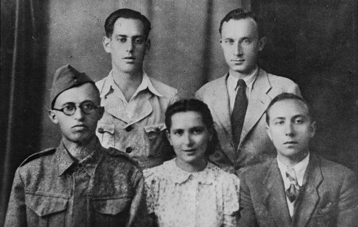 Menachem Begin (w pierwszym rzędzie pierwszy z lewej) w mundurze Armii Polskiej na Wschodzie, Palestyna, grudzień 1942, fot. Wikimedia Commons