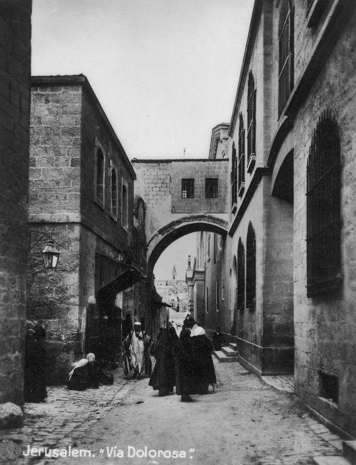 Jerozolima, Via Dolorosa przy twierdzy Antonia, fragment rzymskiego łuku Ecce Homo, 1942-43, fot. NAC